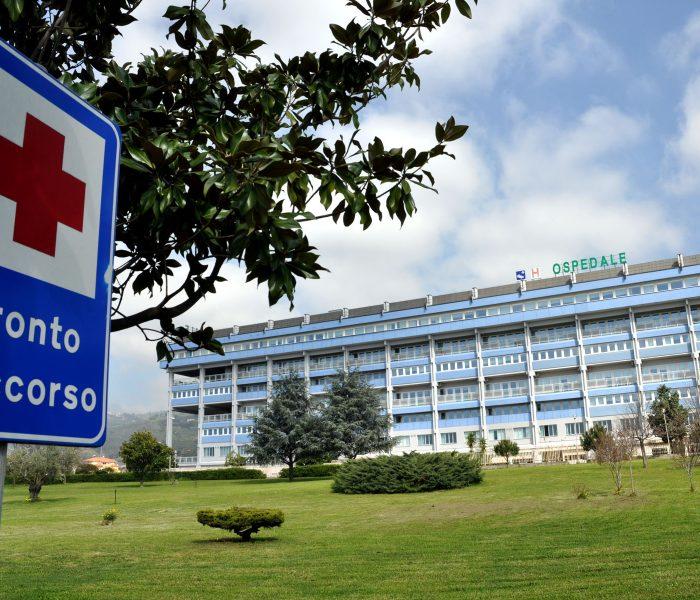 Coronavirus, tamponi a tappeto per un reparto dell'ospedale di Lamezia Terme.
